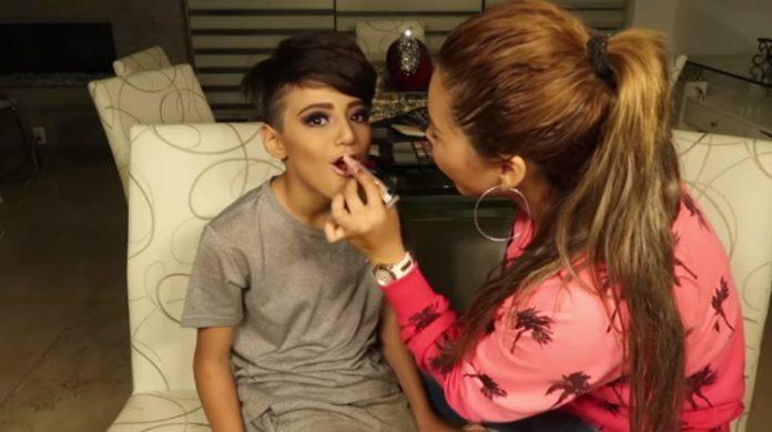 Gomita maquilla a su hermanito y le llueven críticas